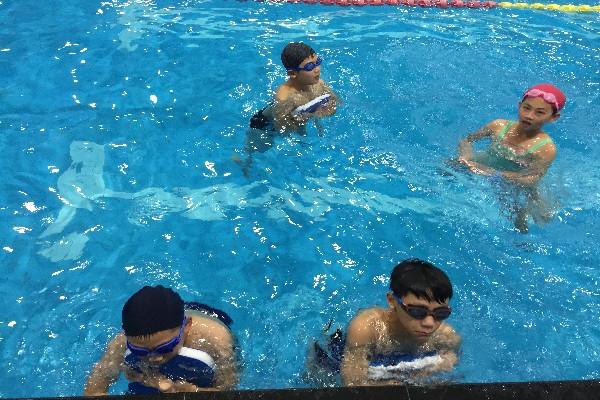 踩水的腿部动作几乎和蛙泳腿一样