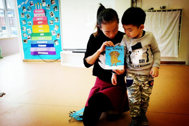 幼儿园中班幼儿感恩节手印火鸡手工