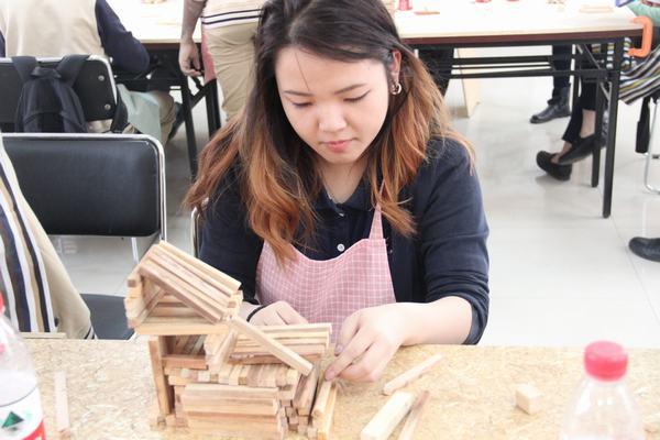 北京市新英才学校外国学生木艺制作纪实