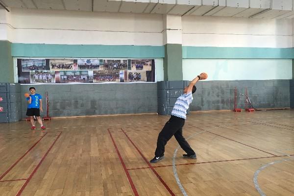 体育组教研——双手头后正面投掷实心球