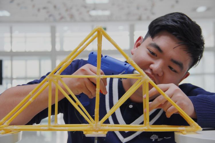 设计和构建,一座座巧夺天工,创意无限,载重惊人的意大利面桥梁横空